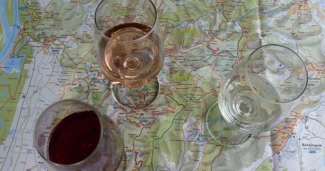 Landkarte mit Weingläsern